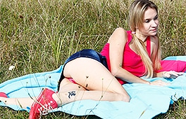 Amateur Teen goes dirty in the woods
